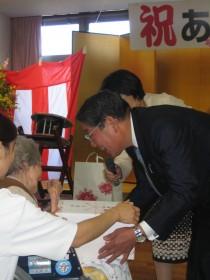 上尾市長より入居者さんへ贈呈